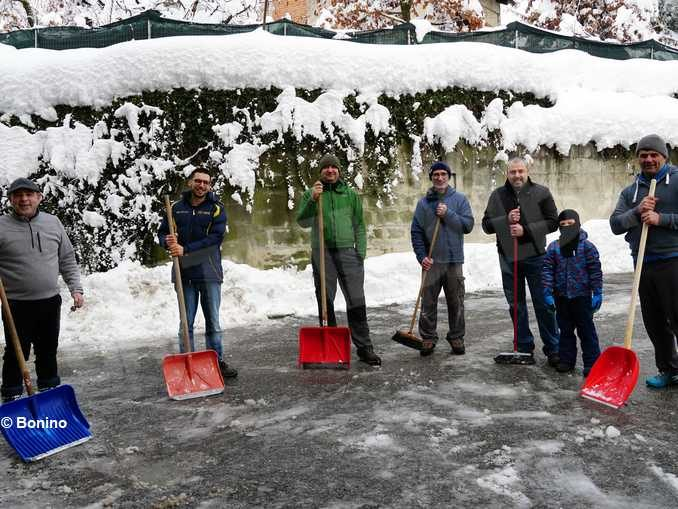 Ritrovarsi con gli amici e spalare la neve 1
