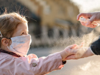 Bimbi, aumentano i danni agli occhi per contatto gel disinfettanti