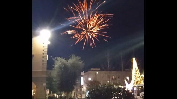Fuochi d'artificio non autorizzati colorano la piazza Michele Ferrero (VIDEO)
