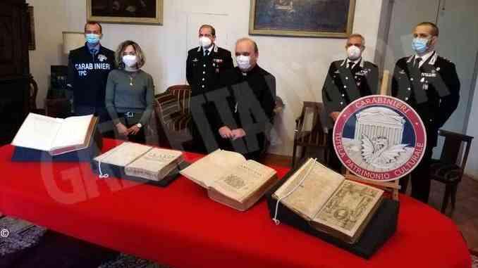 Quattro volumi antichi restituiti dai Carabinieri al Vescovo di Alba