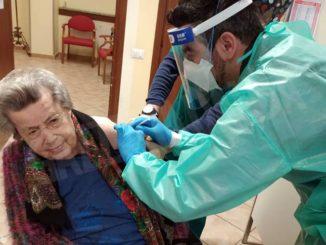 Covid: una centenaria vaccinata alla casa di riposo di Farigliano