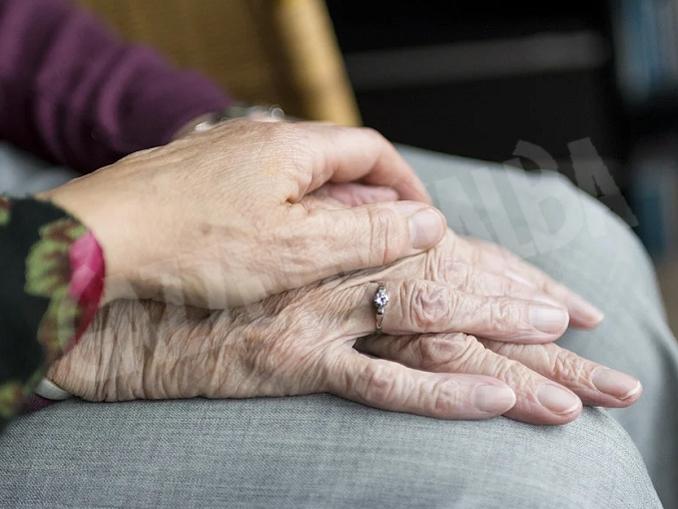 vecchiaia mani anziani