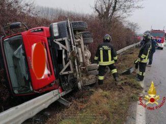 Camion sbanda e finisce nel fosso sulla strada tra Roddi e Verduno