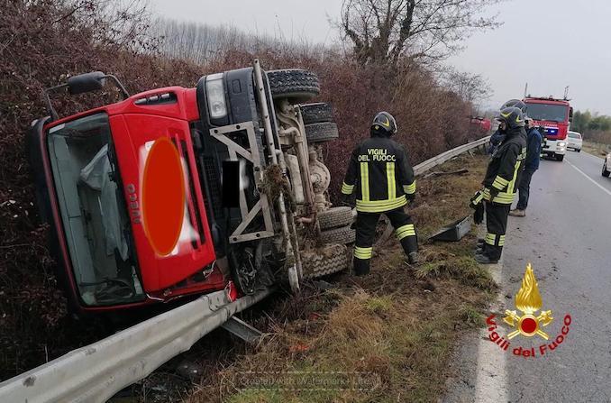 Camion ribaltato a Roddi