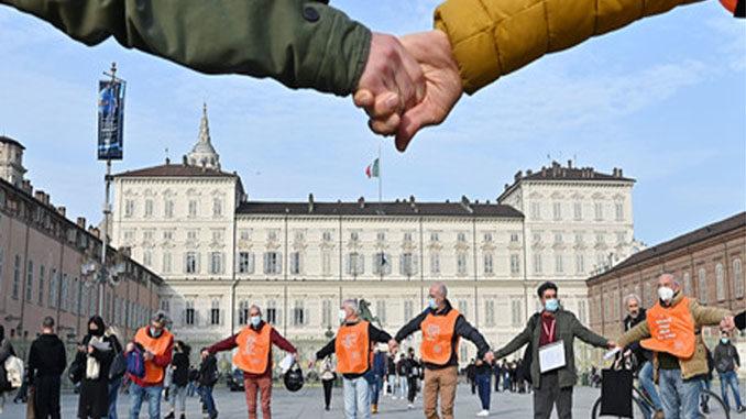"""Sit-in, l'associazione """"Cerchio degli uomini"""" contro la violenza sulle donne e l'omofobia"""