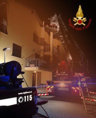 Incendio camino a Guarene, brucia il tetto di una casa