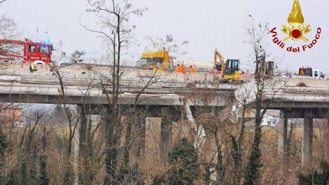 Precipitano da un cantiere autostradale a Mondovì: gravi due operai