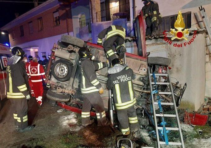 Busca: auto contro il muro di una casa in frazione San Barnaba