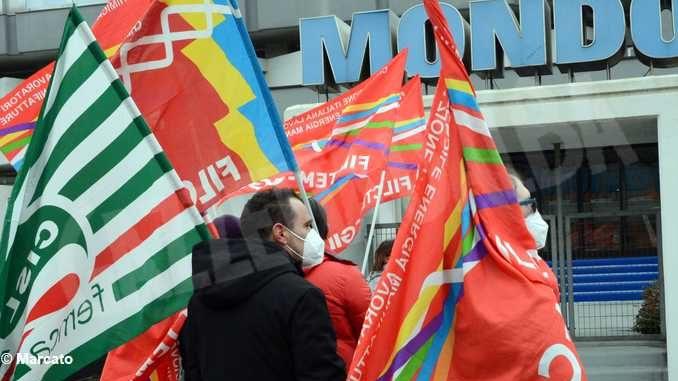 Sciopero alla Mondo dopo la decisione di spostare la produzione di palloni in Spagna