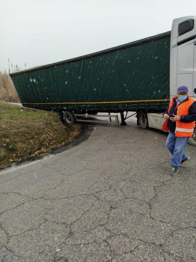 Tir bloccato sulla strada di Moncucco: circolazione in tilt
