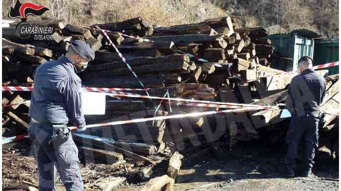 Smaltimento irregolare di traversine: maxi-sequestro nel torinese