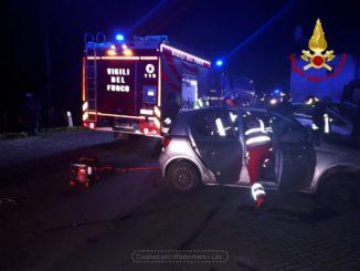 Frontale tra due auto, i conducenti bloccati nell'abitacolo, estratti dai Vigili del fuoco