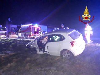 Frontale tra due auto, i conducenti bloccati nell'abitacolo, estratti dai Vigili del fuoco 1