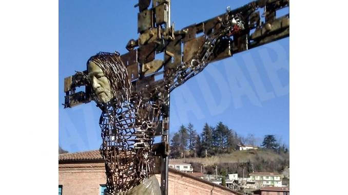 Un crocifisso fatto con chiavi e serrature davanti alla chiesa parrocchiale di Monforte