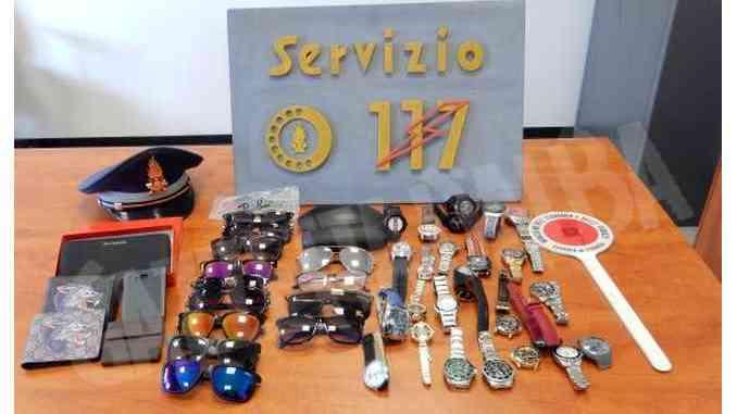 Vendevano falsi orologi al mercatino dell'antiquariato: denunciati