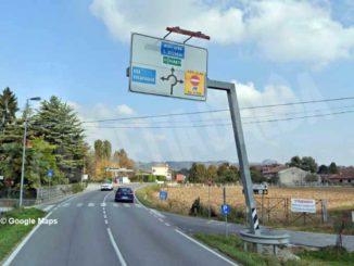 Camion abbatte il cartello di segnalazione di via Einaudi a Pollenzo