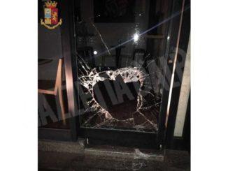 Sfondano la vetrina di una panetteria: arrestati due giovani