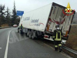Camion fuori strada a Corneliano: illeso il conducente 1