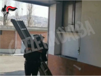 Usano una scala per un furto in casa: il proprietario chiama i Carabinieri