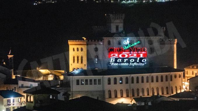 La facciata del castello illuminata per Barolo Città del vino 2021
