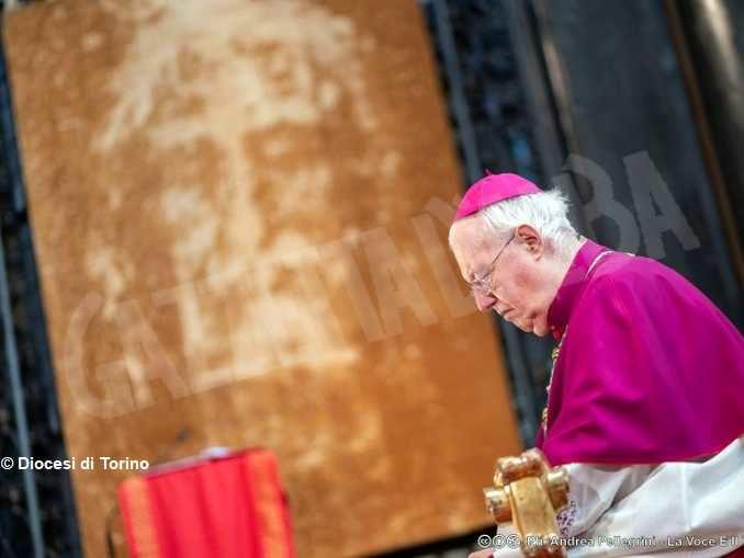 Monsignor Cesare Nosiglia annuncia una preghiera straordinaria davanti alla Sindone per Sabato santo