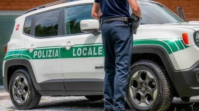 Aggredisce cliente supermercato e polizia locale a Asti