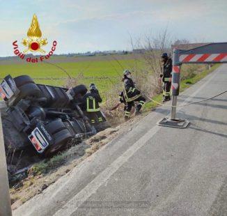 Camion si ribalta a Sant'Albano Stura: lievemente ferito l'autista 1