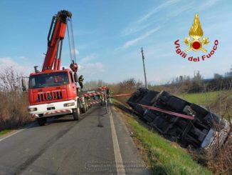 Camion si ribalta a Sant'Albano Stura: lievemente ferito l'autista