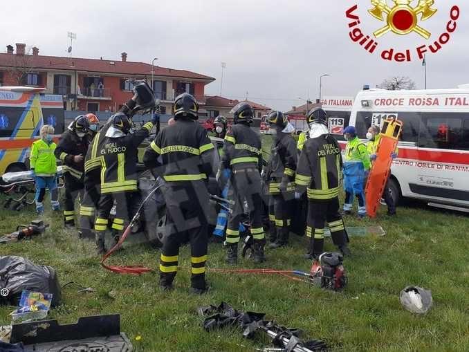 Urta una rotatoria a Beinette e vola con l'auto fra i campi: ferito un uomo