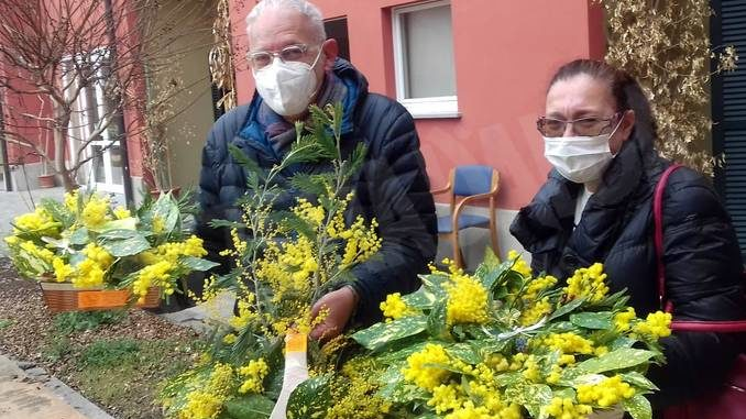 La Pro loco di Canale ha portato le mimose alle ospiti della casa di riposo