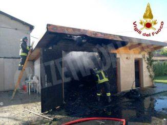 In fiamme un'autorimessa nel centro: i Vigili del fuoco evitano danni gravi