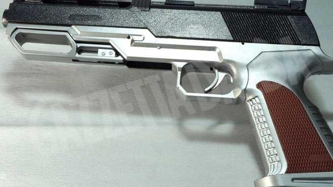 Modifica una pistola giocattolo per farla sembrare vera. denunciato