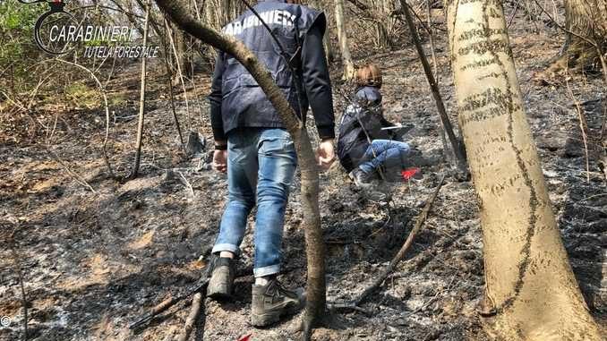 Appiccava incendi e li spegneva: condannato un volontario