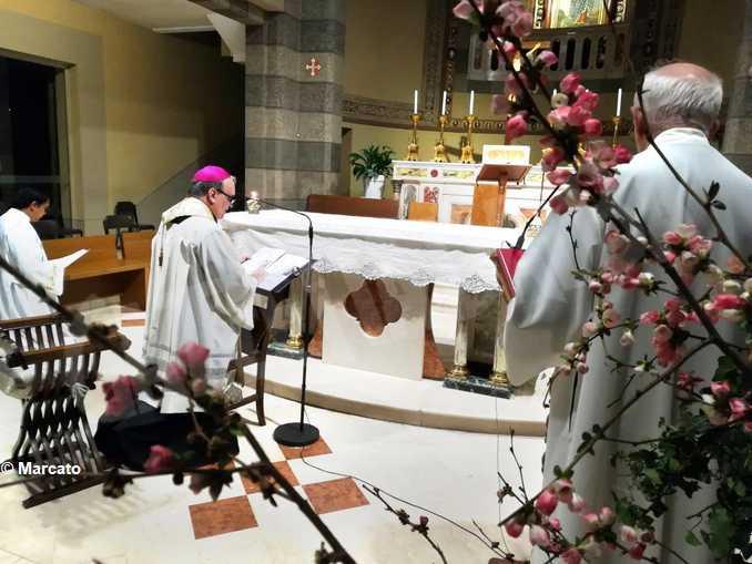 monsignor Brunetti in preghiera alla Moretta (foto Marcato- Gazzetta d'Alba)