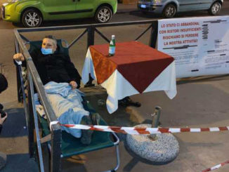 Covid: barista s'incatena al dehors, ristori insufficienti