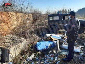 Rifiuti a un'auto abbandonati lungo il Maira a Dronero: multati i responsabili