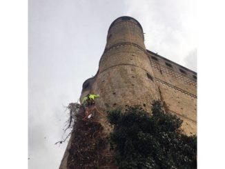 Pulizie acrobatiche sulla torre del castello di Serralunga