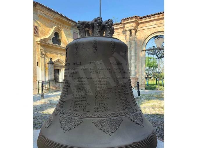 Neive: la campana con i nomi dei caduti è stata collocata presso il monumento