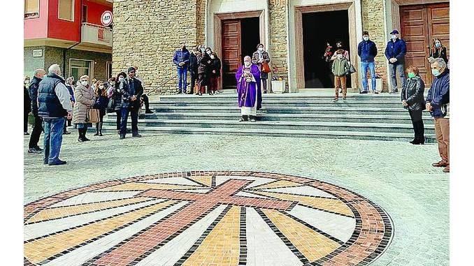 Un mosaico con cinquemila tessere abbellisce la piazza davanti alla chiesa parrocchiale di Cossano