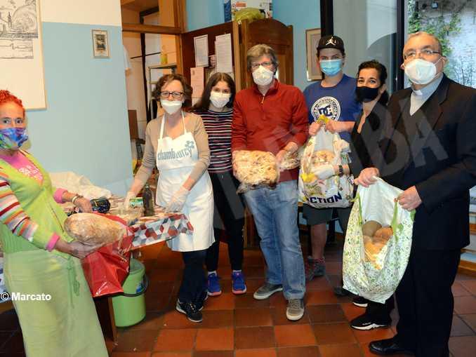 Duomo distribuzione pane dolci pasqua 5