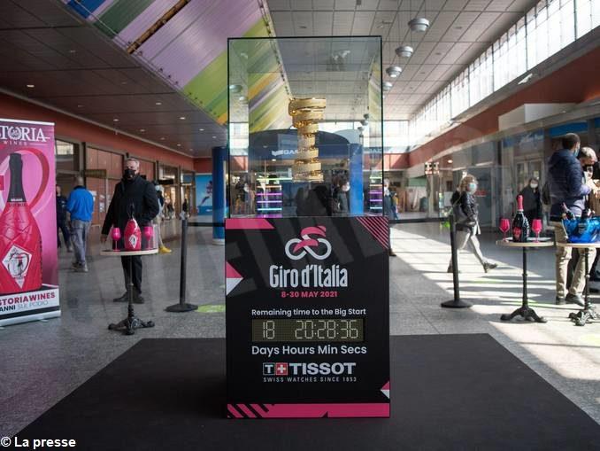 Il trofeo per il vincitore del Giro d'Italia esposto nella stazione torinese di Porta Nuova fino al 29 aprile 1