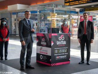 Il trofeo per il vincitore del Giro d'Italia esposto nella stazione torinese di Porta Nuova fino al 29 aprile