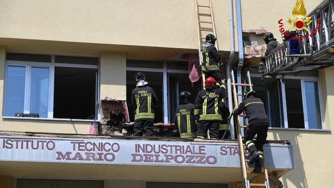 Incendio nell'intercapedine della facciata di un istituto scolastico