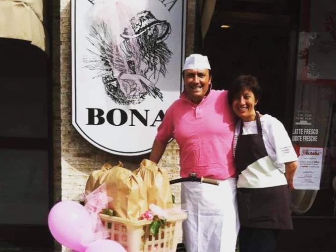 Livio Bona insieme alla moglie difronte alla loro panetteria