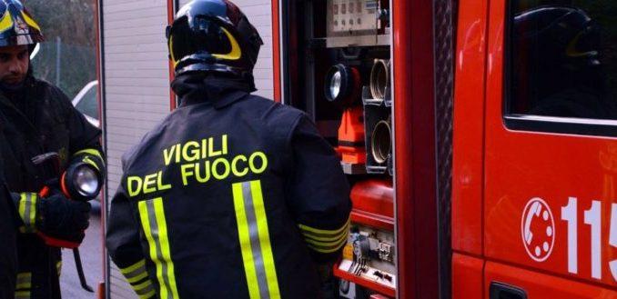 In fiamme un tetto a Govone: i Vigili del fuoco evitano danni all case vicine