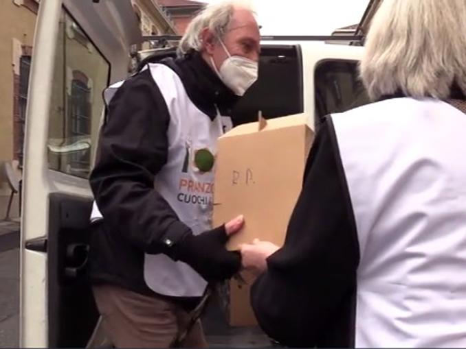 Pranzo a Mille, a Torino si distribuisce il pasto della speranza a famiglie bisognose
