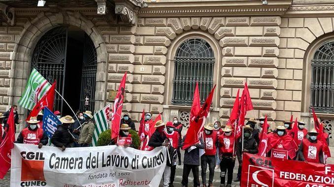 Sabato 10 i braccianti agricoli stagionali hanno protestato davanti alla Prefettura