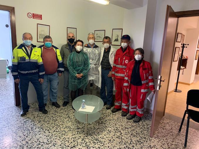 Vaccinazioni a Momabarcaro. Foto con il sindaco Simone Aguzzi, i medici e i volontari