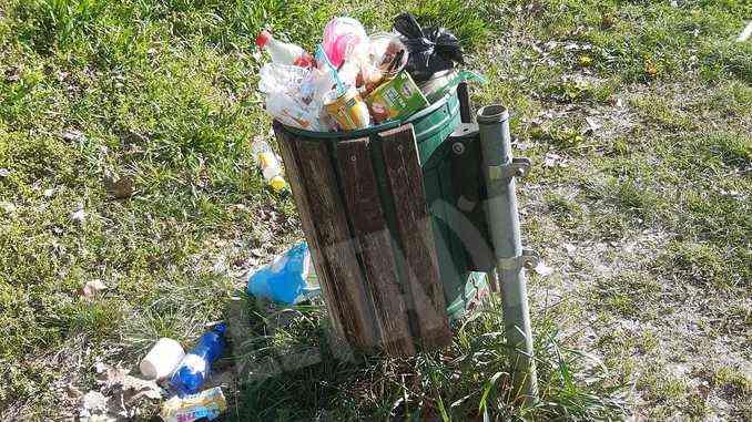 A San Cassiano due giovani si occupano dei rifiuti nel parco