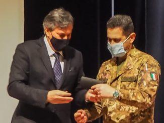 Covid Piemonte: l'assessore regionale alla Sanità, Luigi Icardi, dona una copia della stilografica di Cesare Pavese al generale Figliuolo 1